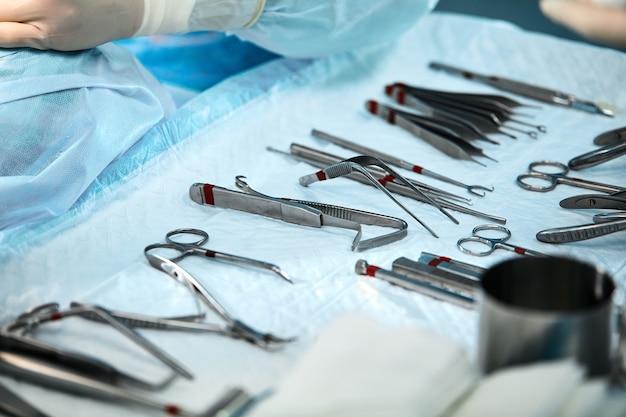 Instrumentos cirúrgicos para cirurgia sobre a mesa, decompostos e esterilizados antes da cirurgia