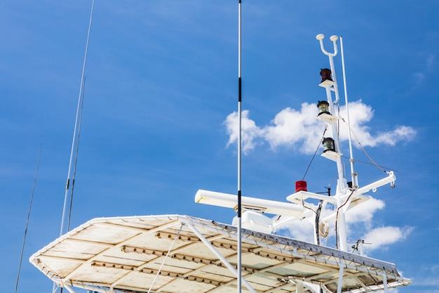 Instrumentos de comunicação sobre navios de vigilância costeira.