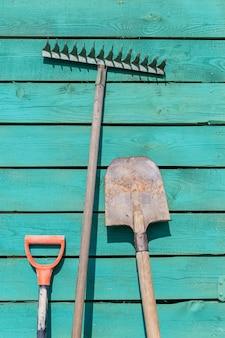 Instrumentos de jardim no fundo de madeira