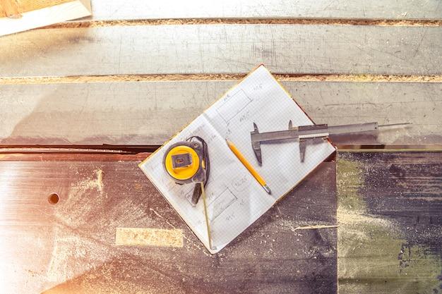 Instrumentos de medição e planejamento para marcenaria