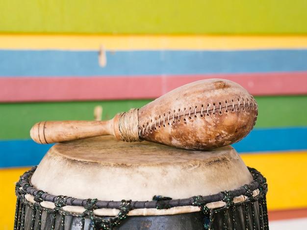 Instrumentos de percussão com parede colorida atrás
