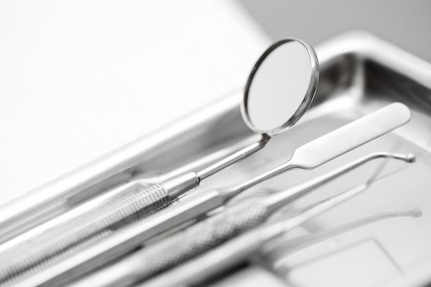 Instrumentos do dentista com profundidade de campo rasa
