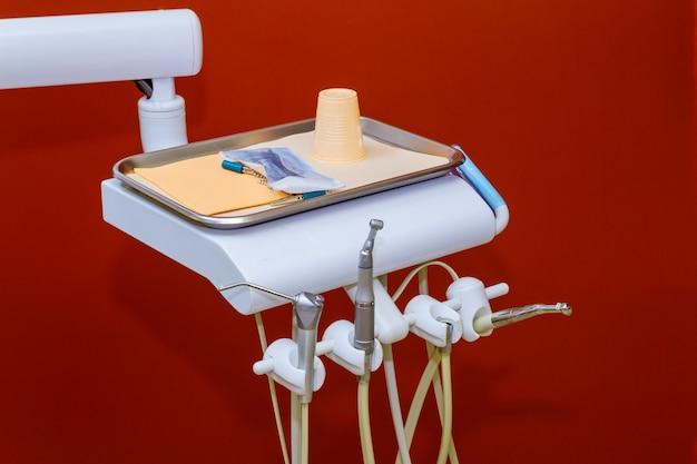 Instrumentos e equipamentos odontológicos no consultório odontológico