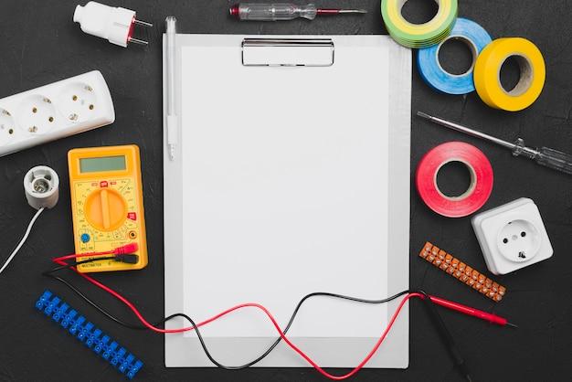 Instrumentos eletronicos e papel em branco