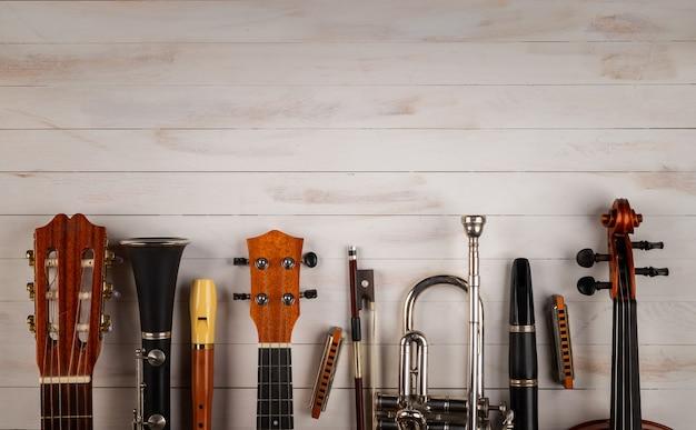 Instrumentos em fundo branco de madeira