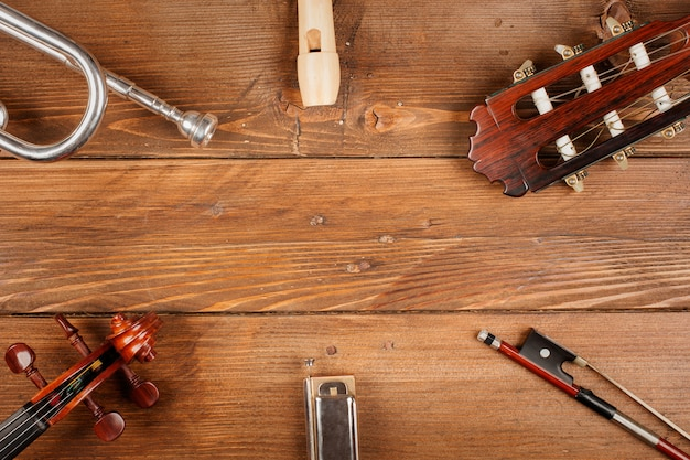 Instrumentos em fundo madeira