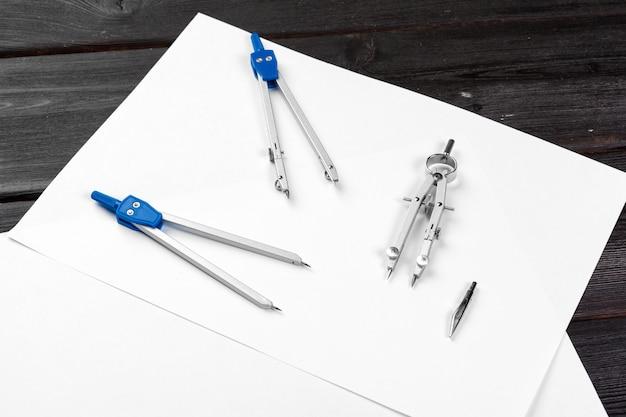 Instrumentos em uma mesa de trabalho para desenhos arquitetônicos