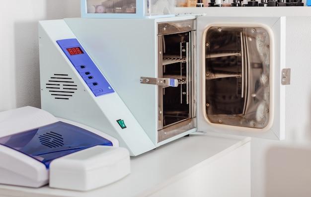 Instrumentos esterilizados medicina ou salões de beleza close up ferramentas de esterilização e desinfecção
