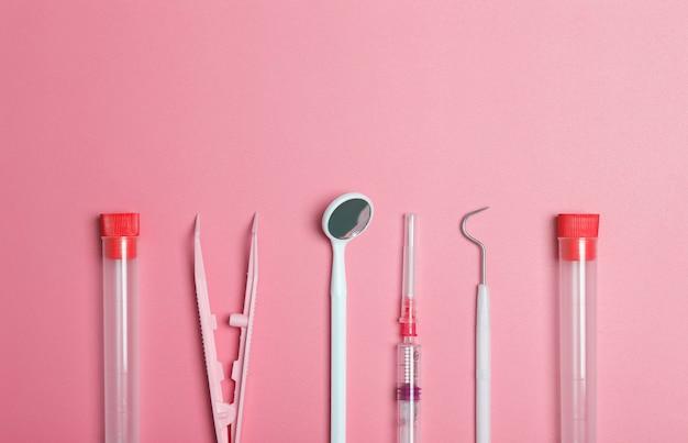 Instrumentos médicos, dispositivos e itens na mesa colorida
