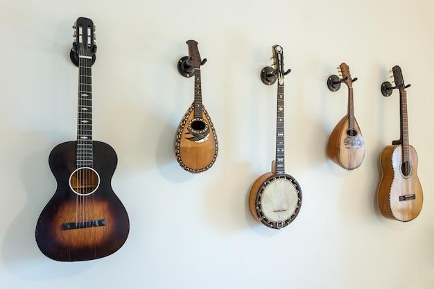 Instrumentos musicais amarrados antigos na parede.