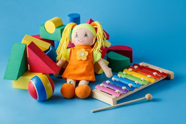 Instrumentos musicais com boneca