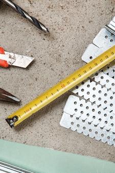 Instrumentos para a construção de paredes de gesso cartonado