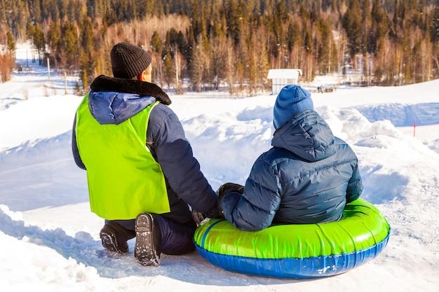 Instrutor cuida da segurança na montanha para tubos de neve