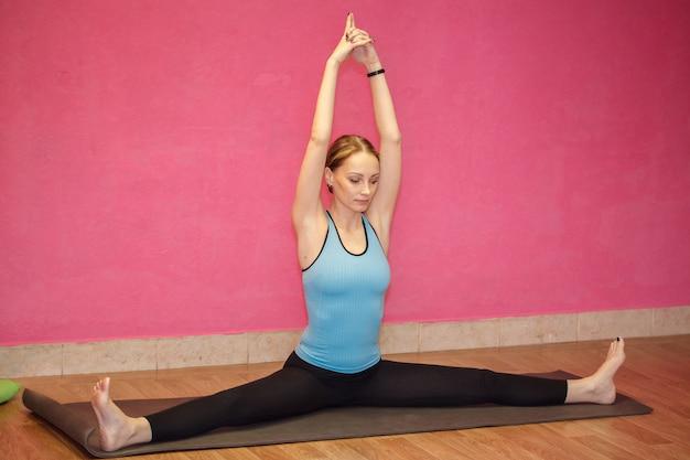 Instrutor de aula de fitness ou yoga, mulher fazendo exercício