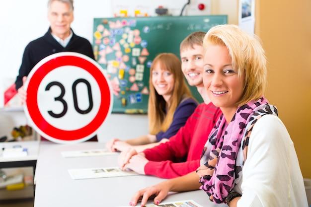 Instrutor de condução com sua classe