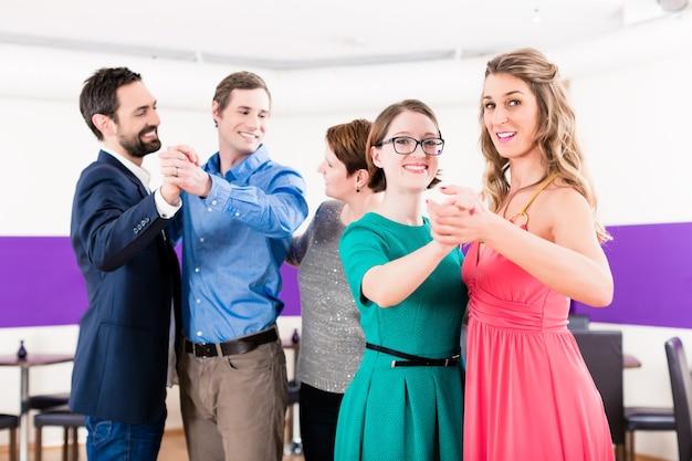 Instrutor de dança com casais gays na aula de dança