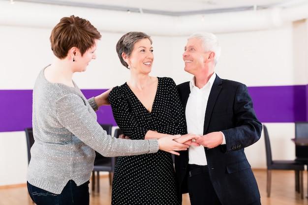 Instrutor de dança com casal sênior