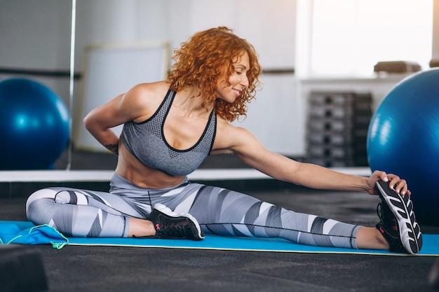 Instrutor de fitness de ioga no ginásio