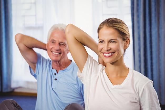 Instrutor de fitness e senior fazendo exercícios