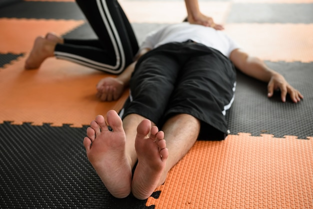 Instrutor de fitness feminino dando ressuscitação cardiopulmonar ou cpr ao coração