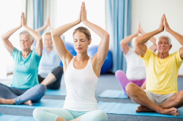 Instrutor de ioga com idosos