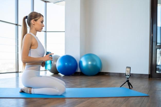 Instrutor de ioga dando aulas online