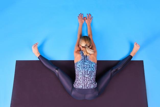 Instrutor de ioga mulher praticando no tapete de ioga. saúde mental e física. esporte e saúde. sucesso é simples