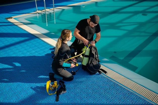 Instrutor do sexo masculino explica como o equipamento de mergulho funciona