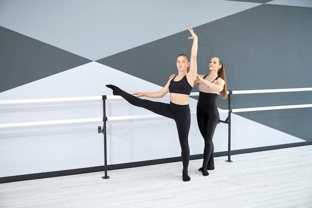 Instrutor ensinando coreografia para meninas