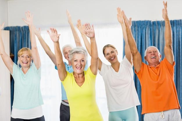 Instrutor fazendo exercícios com idosos