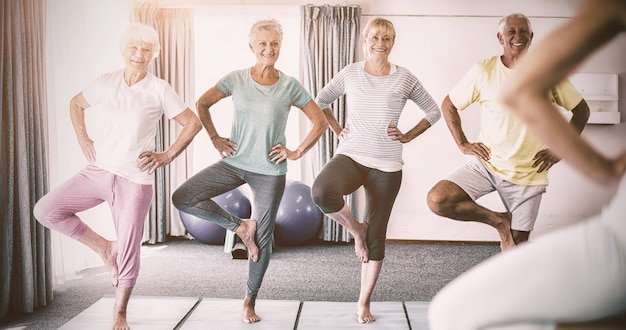 Instrutor fazendo ioga com idosos