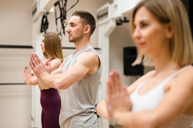 Instrutor que exercita junto com mulheres