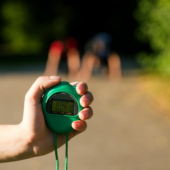 Instrutor que mede o tempo do corredor