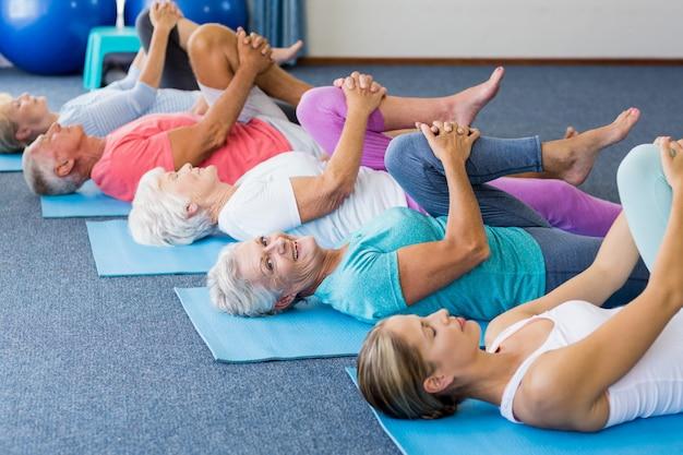 Instrutor realizando yoga com idosos