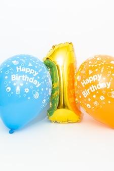 Insuflável dourado número 1 com balões azuis e amarelos com inscrição de feliz aniversário