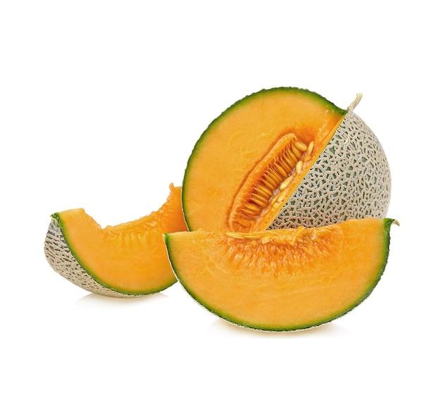 Inteiro e uma fatia de melão japonês, melão laranja ou melão melão com sementes isoladas em branco