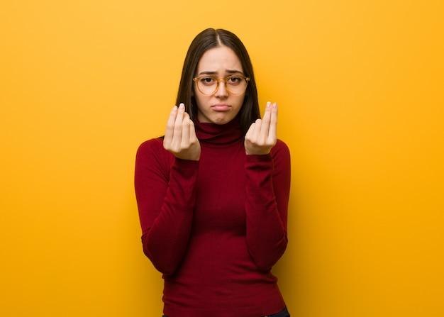 Intelectual jovem fazendo um gesto precisa