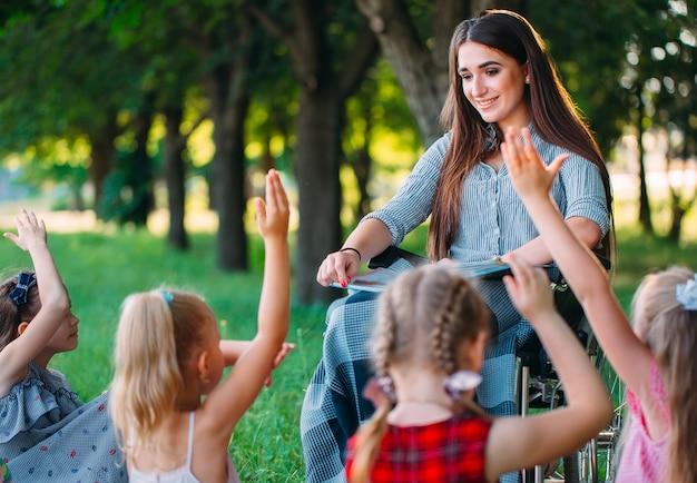 Interação de um professor em cadeira de rodas com os alunos
