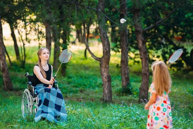 Interação de uma pessoa saudável com uma pessoa com deficiência