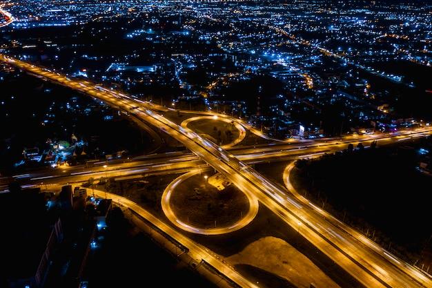 Intercambiar autoestrada de alta autoestrada e logística de transporte rodoviário conectam-se à cidade ç
