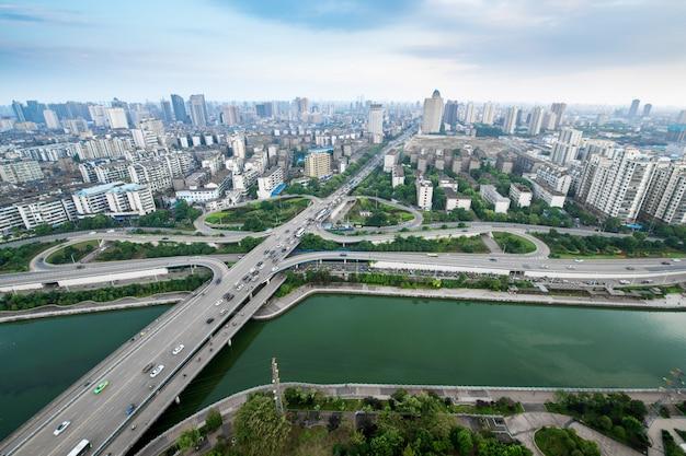 Intercâmbio de rodovia da cidade em xangai na hora do rush de tráfego