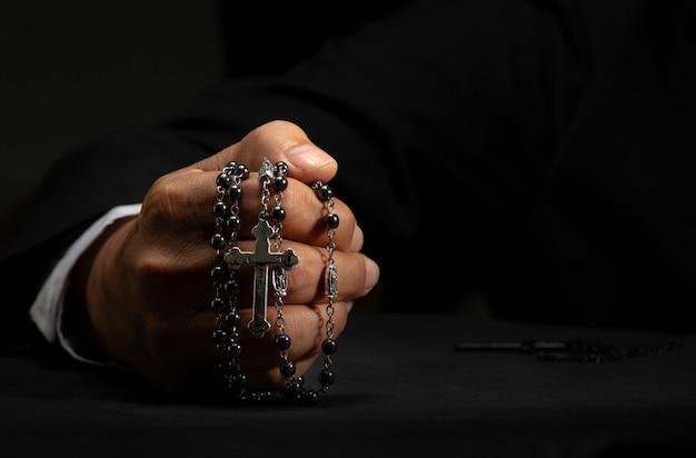Intercessão a deus por causa da fé e da esperança. a imagem de uma mão com uma cruz