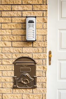 Intercomunicador e caixa de correio na porta