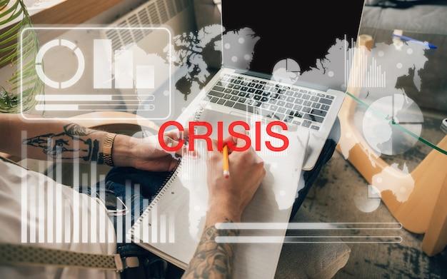 Interface com tecnologia moderna e efeito de camada digital. a contagem de homens, trabalhando em desespero, faliu. negócios, crise financeira, recessão econômica, conceito de desemprego. analisando, ícones de néon.