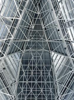 Interior abstrato do telhado da estrutura do metal em macio e branco azuis