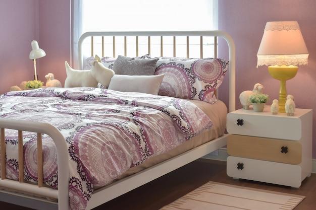 Interior acolhedor quarto com almofadas e lâmpada de leitura na mesa de cabeceira