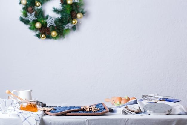 Interior aconchegante da cozinha com decoração de natal. mesa pronta para cozinhar, amassar massa, assar torta, bolo, biscoitos. atividade de inverno em casa.