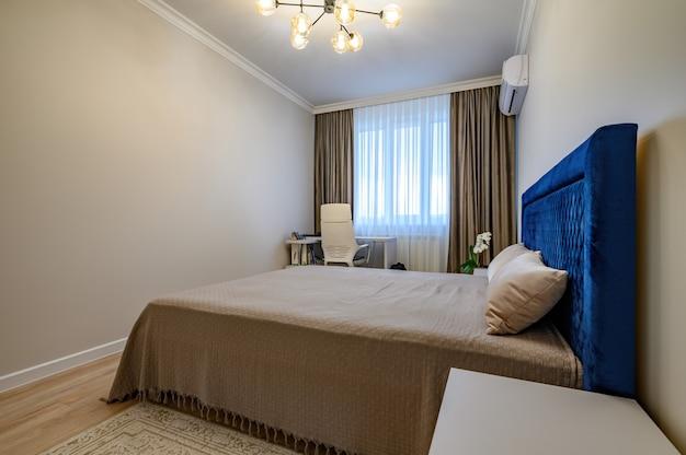 Interior bege moderno do quarto com cama de casal