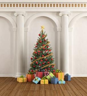 Interior clássico com árvore de natal e coluna iônica