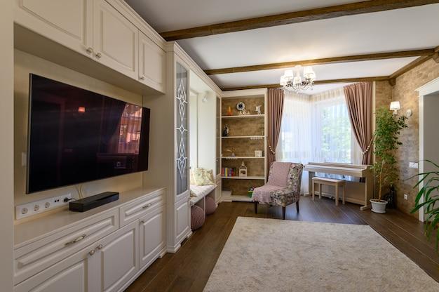 Interior clássico da sala de estar em marrom e branco com piso de madeira e grandes janelas